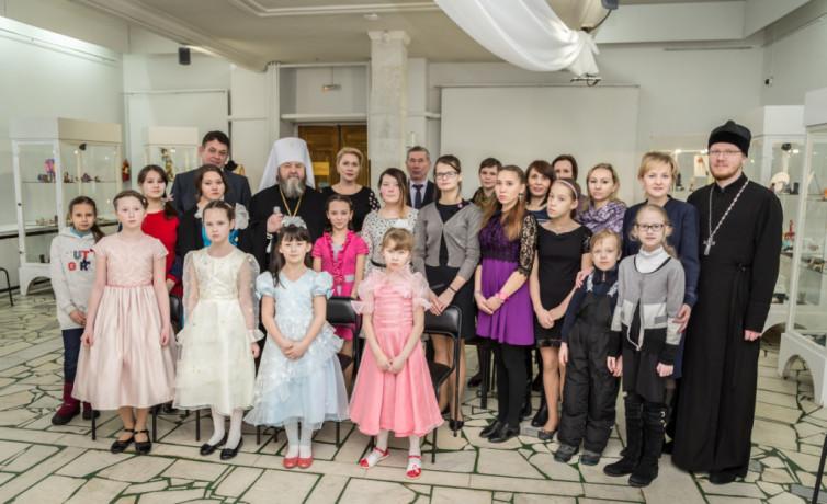 Представители Михайловского собора вместе с детьми из социального реабилитационного центра посетили выставку «Рождественская гостиная»