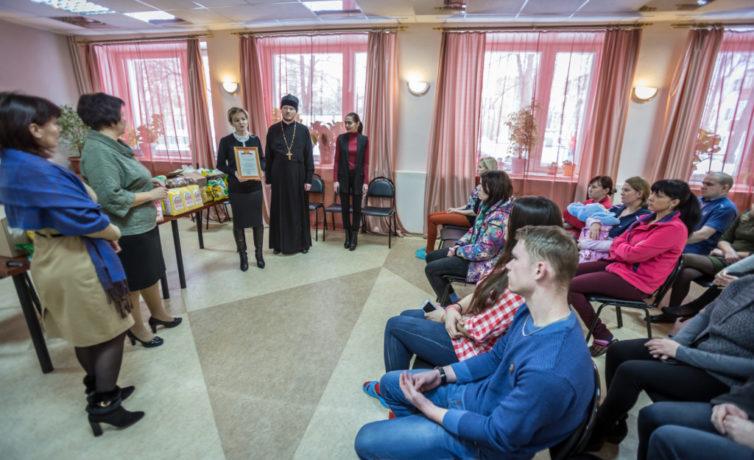 «Корзину доброты» передали кризисному центру «Теплый дом»