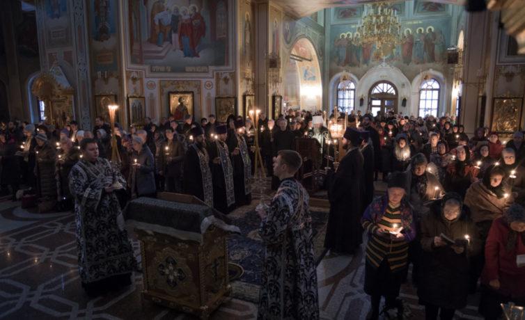 Чтение первой части покаянного канона в Михаило-Архангельском кафедральном соборе
