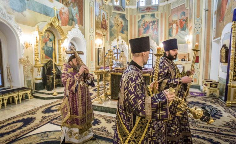 Митрополит Викторин совершил богослужения Крестопоклонной Недели в кафедральном храме