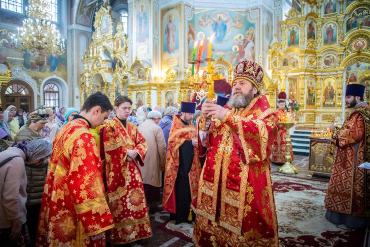 Служение митрополита Викторина в день Радоницы