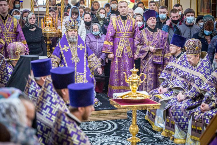 В Великий Четверг митрополит Викторин возглавил богослужения в кафедральном соборе